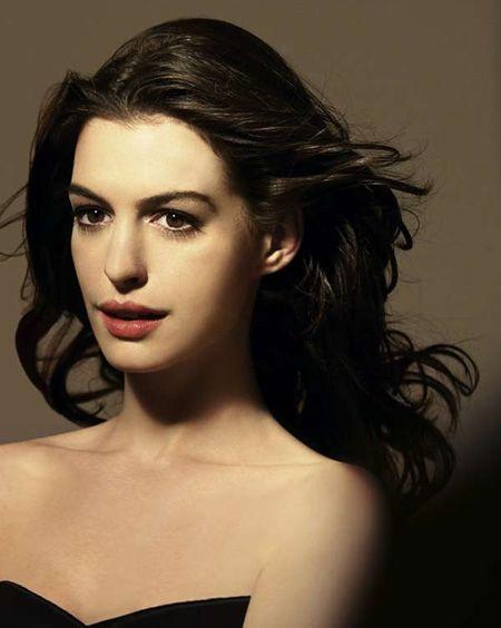 Anne Hathaway bebek gibi porselen cilidiyle Lancome'un yeni yüzü oldu.